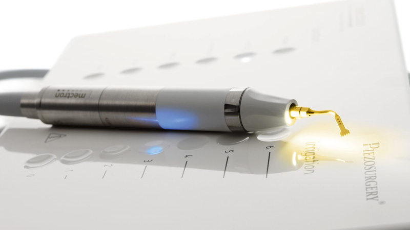 optionales LED-Handstück des PIEZOSURGERY® white